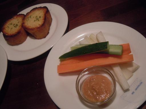 野菜スティックとガーリックトースト