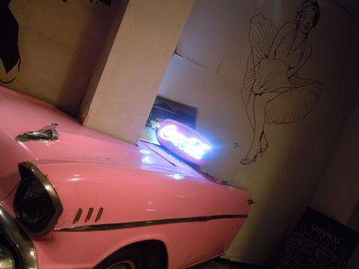 モンローとピンクのキャでラック