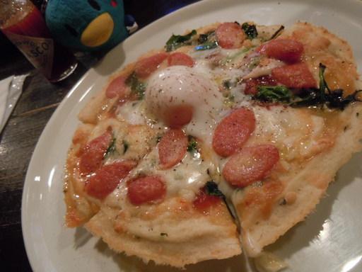 ソーセージとほうれん草、半熟卵のピッツァ
